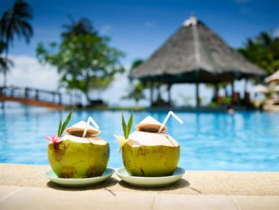 drinks-pool-the-holiday-travel-shop